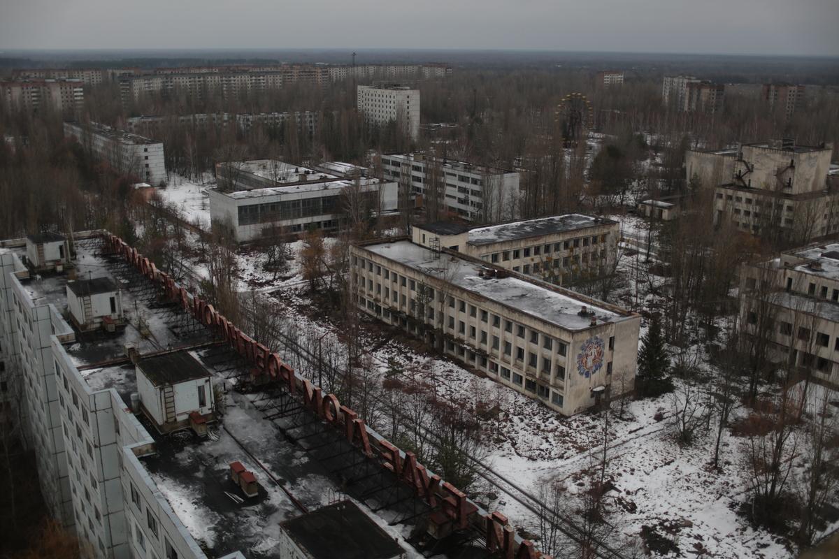 Prédios abandonados em Pripyat, Ucrânia. A contaminação radioativa na região permanece em níveis muito altos, sendo necessária autorização especial para entrar na área. Antes do acidente de Chernobyl, a cidade era um exemplo de orgulho da antiga União Soviética. Mais de 48 mil habitantes viviam lá, a menos de 3 km da usina. Hoje é uma cidade fantasma. © Denis Sinyakov / Greenpeace