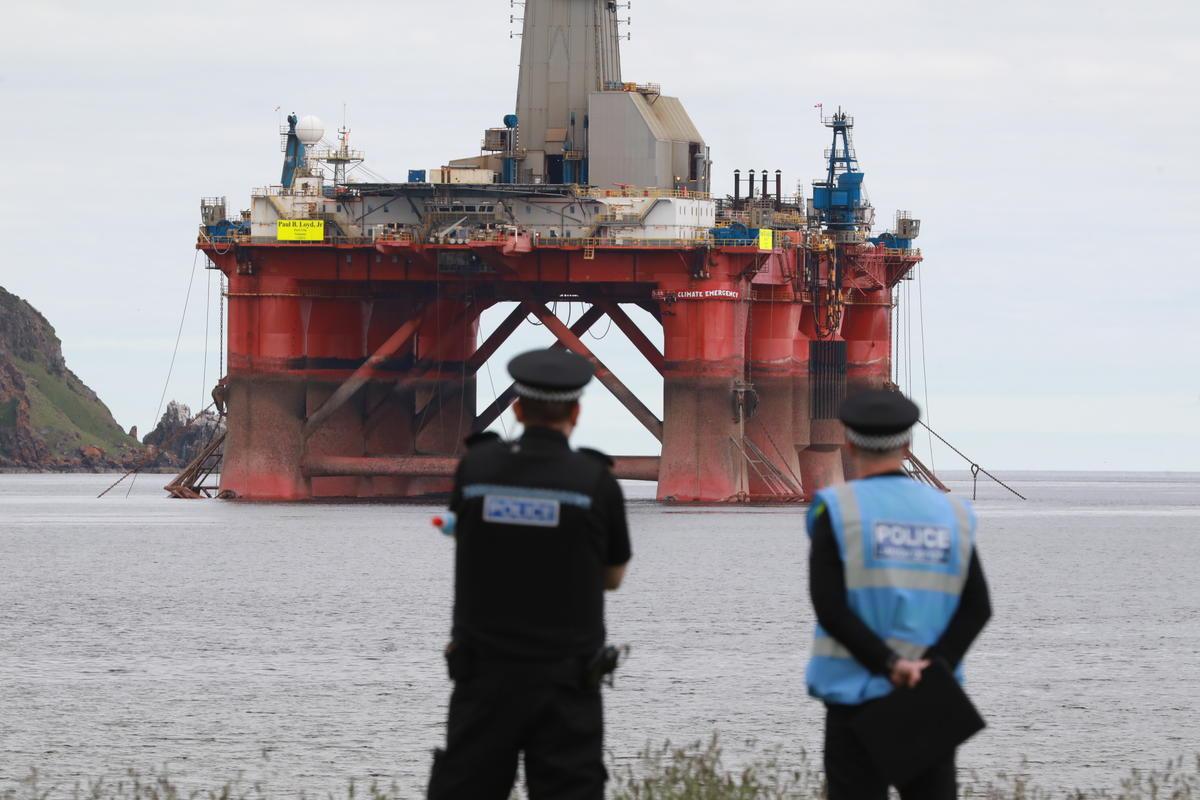 Ao fundo, a plataforma da BP ocupada pelos ativistas do Greenpeace Climbers, na Escócia. © Greenpeace