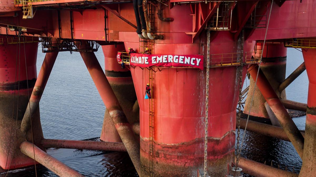 Alpinistas do Greenpeace na plataforma petrolífera BP em Cromarty Firth, na Escócia © Greenpeace