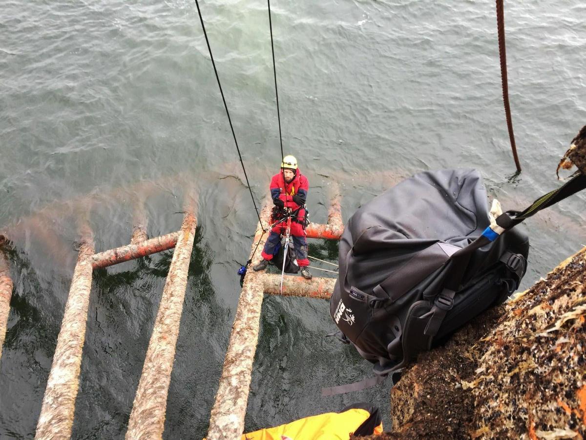 Ativista permanece no local enquanto BP submerge parte da plataforma. © Greenpeace