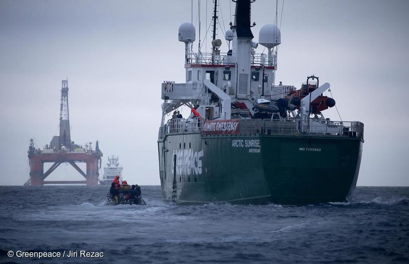 O navio do Greenpeace, Arctic Sunrise, seguindo a plataforma da BP, no Mar do Norte. © Greenpeace