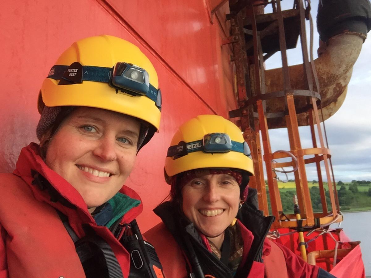 Escaladoras ativistas do Greenpeace em um dos pórticos da plataforma da BP, na Escócia. © Greenpeace