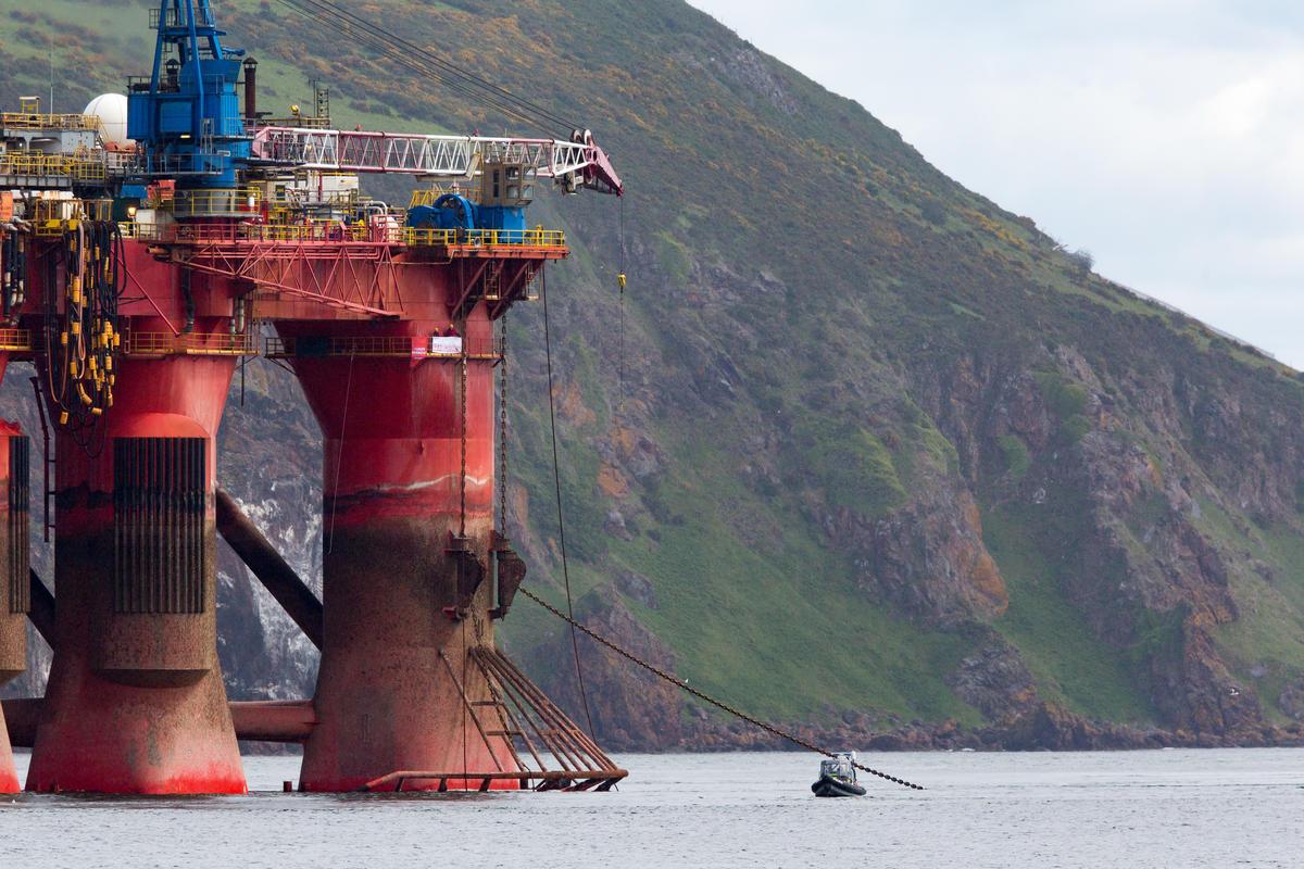 Ativistas continuam ocupando um pórtico em uma perna da plataforma, no Mar do Norte. © Greenpeace