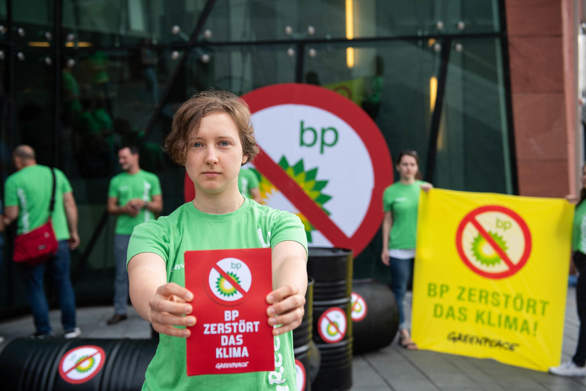Protest at BP Europe in Hamburg. © Bente Stachowske / Greenpeace