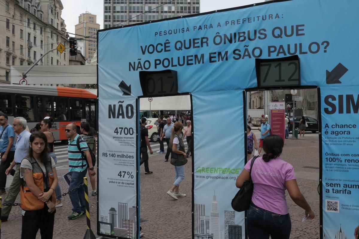 Informal Survey on Non-polluting Buses in São Paulo. © Daniel Kfouri / Greenpeace