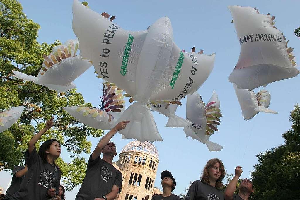 Pombas da paz - Hiroshima Atomic Bombing 60th Anniversary. Japan 2005. © Greenpeace / Jeremy Sutton-Hibbert