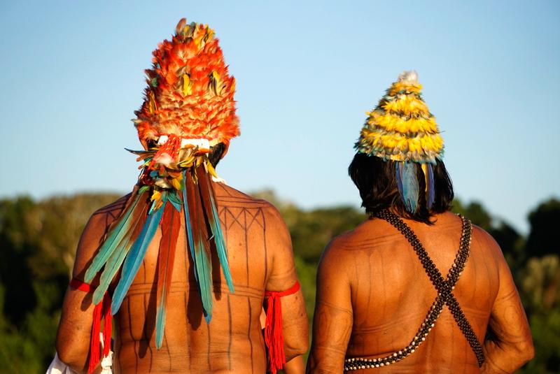 Dois representantes do povo Munduruku de costas