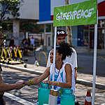 Ativista do Greenpeace oferece limonada ao professor de química Vinícius César Dias, no quiosque do Greenpeace na avenida Paulista