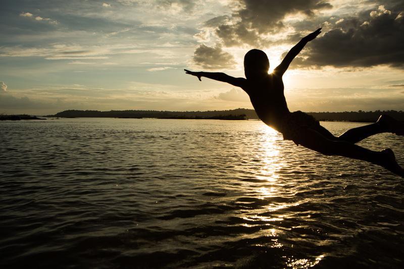 Criança Munduruku pula no rio