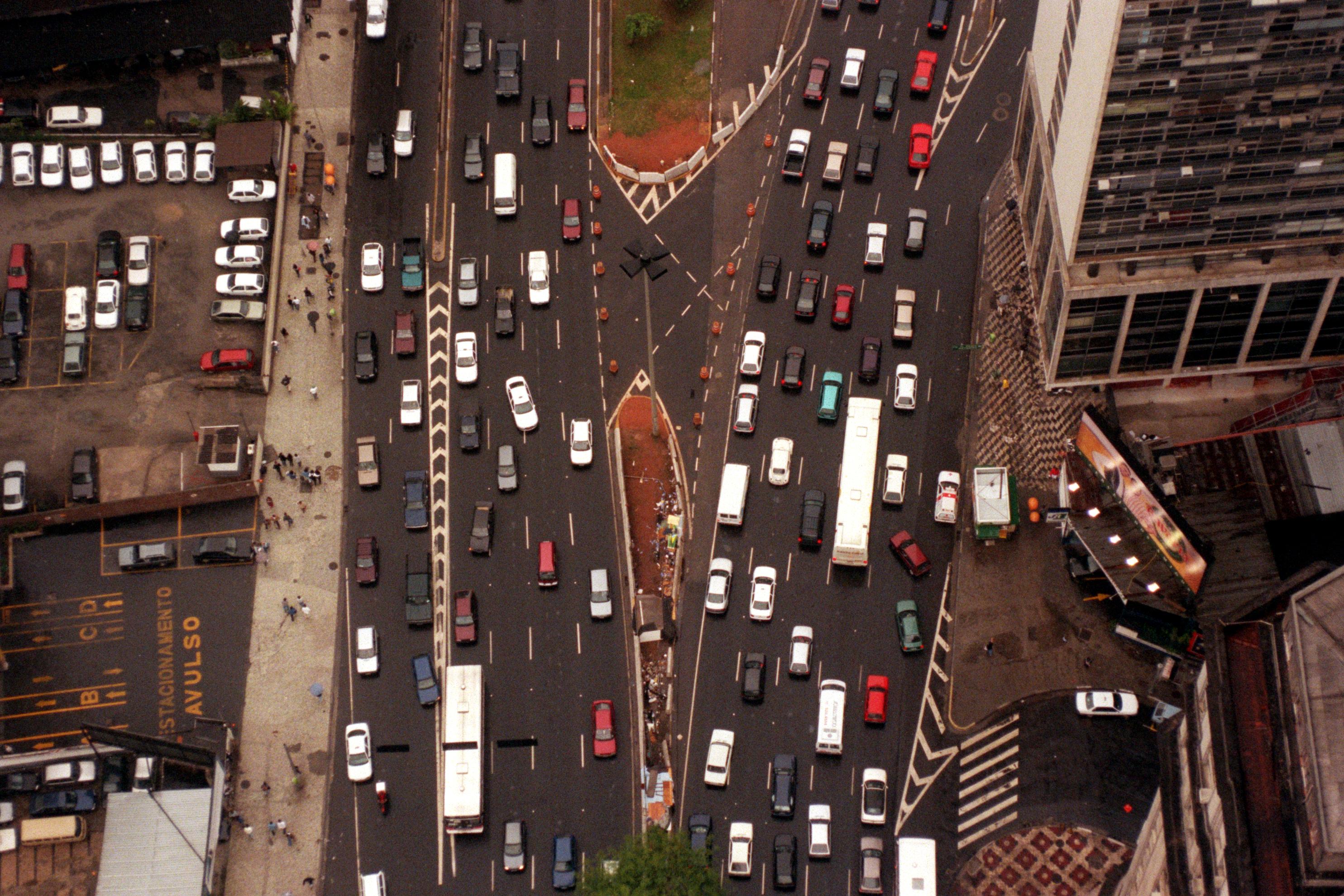 Vista aérea do trânsito caótico e poluente da cidade de São Paulo