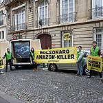 Em Paris, Ricardo Salles é recebido por ativistas do Greenpeace
