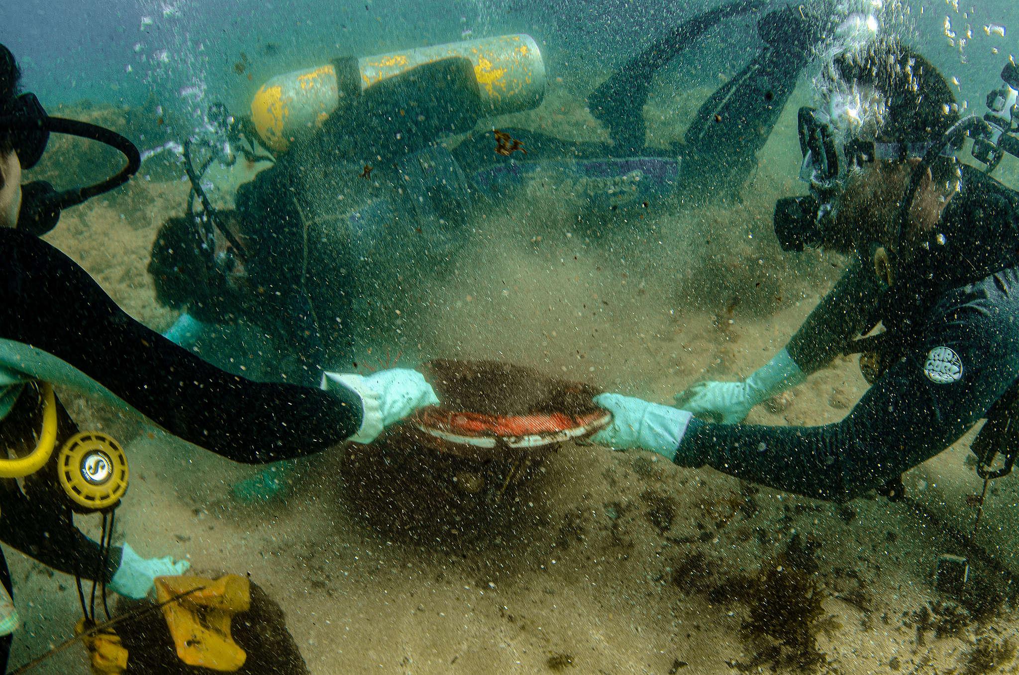 Oficiais da Marinha e ativistas do Greenpeace na coleta do óleo encontrado dos recifes de coral da Praia do Cupe (PE). © Max Cavalcanti / Greenpeace