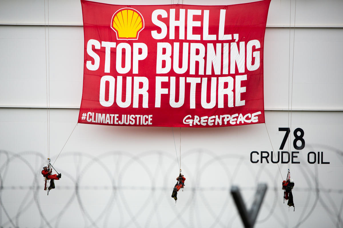 Protest at Shell Depot in Batangas, Philippines. © Geric Cruz / Greenpeace