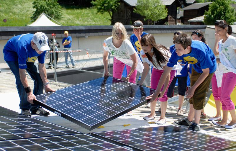 Estudantes instalam painéis solares na escola