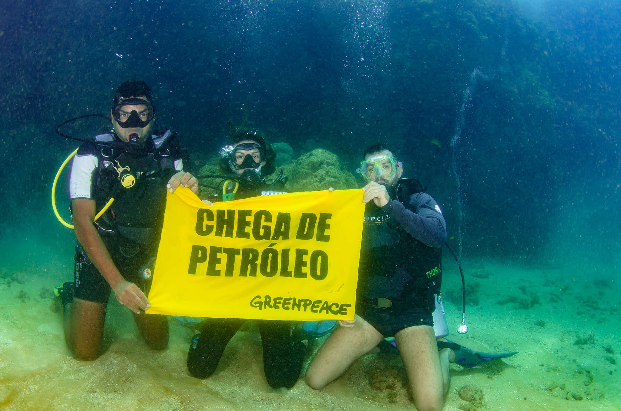No litoral sul de Pernambuco, pesquisadores e ativistas abrem banner no fundo do mar durante expedição marítima. Chega de Petróleo. © Max Cavalcanti / Greenpeace