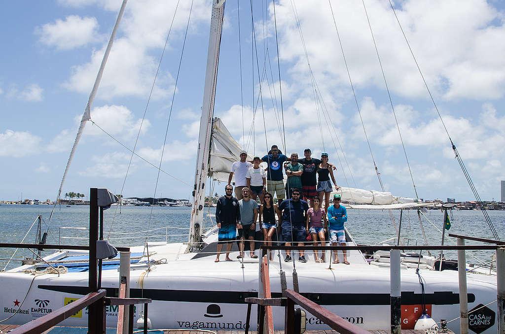 Equipe da expedição reunida em cima do veleiro Iakaré