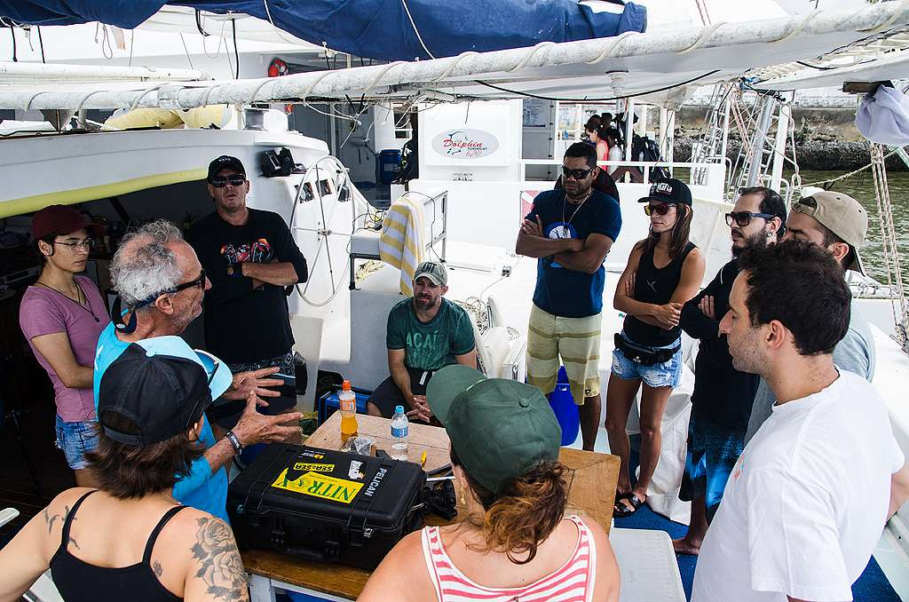 O time de ativistas e pesquisadores embarcado repassa as instruções com o capitão do barco