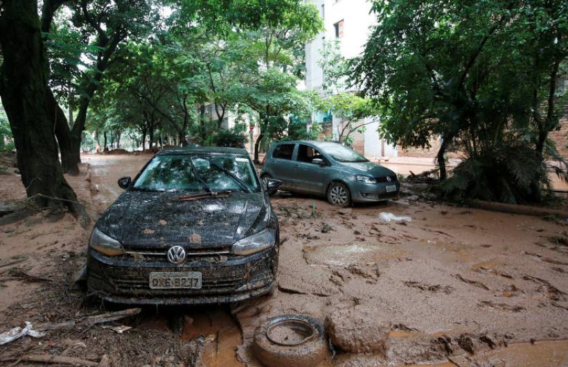 ruas cheias de lama e carros destruídos pelas ruas de Belo Horizonte depois das chuvas