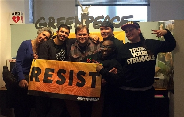 """Няколко от активистите, участвали в кампанията """"Съпротива"""", в офиса на """"Грийнпийс"""", с тематичен банер, макар и по-малък този път."""