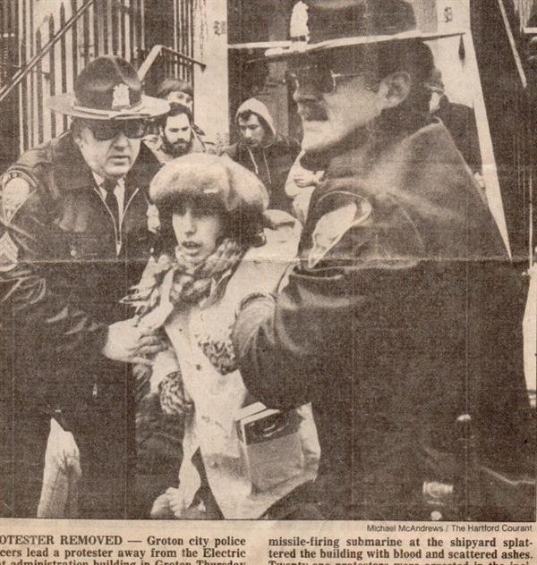 Карън Топакиян е била арестувана повече от 30 пъти за участие в преки действия и мирни протести. Снимката е направена през 80-те години по време на протест срещу натрупването на ядрени арсенали от САЩ и Русия.