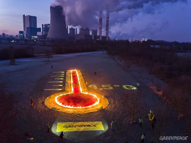 Etwa 60 Greenpeace Aktivisten protestieren für den Kohleausstieg am Kraftwerk Niederaußem. Das Kraftwerk gehört zu den klimaschädlichsten Europas.