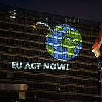Projection for Climate Emergency at EU Commission in Brussels. © Eric De Mildt / Greenpeace