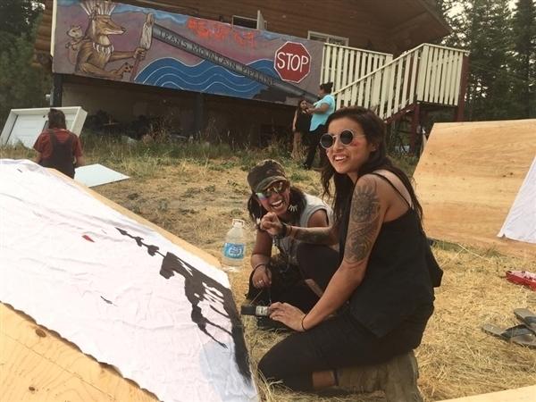 Raven Ess et Anushka Azadi collaborant avec des membres de la communauté Secwepemc à la construction, le 6 septembre 2017, d'une minimaison située sur le tracé du projet de pipeline Trans Mountain de Kinder Morgan. Photo : Mike Hudema.