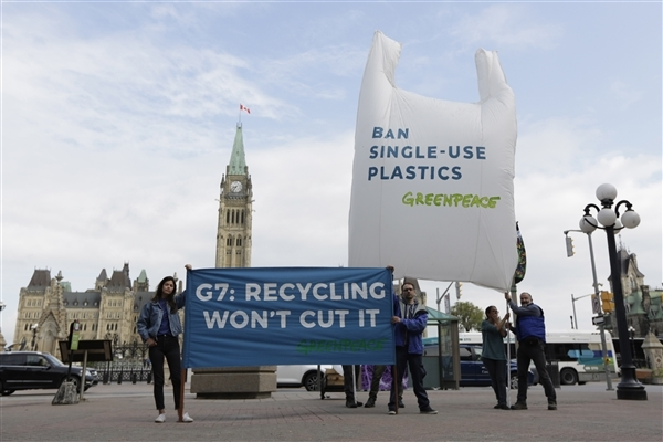 Greenpeace activists send G7 leaders a hard-to-miss message one day before the G7 Summit in Charlevoix Quebec. © David Kawai / Greenpeace