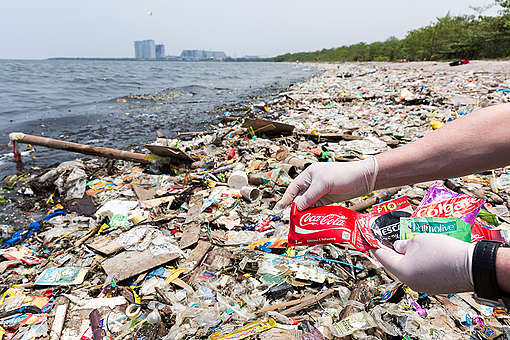 Déchets plastiques sur une plage de Manille aux Philippines.