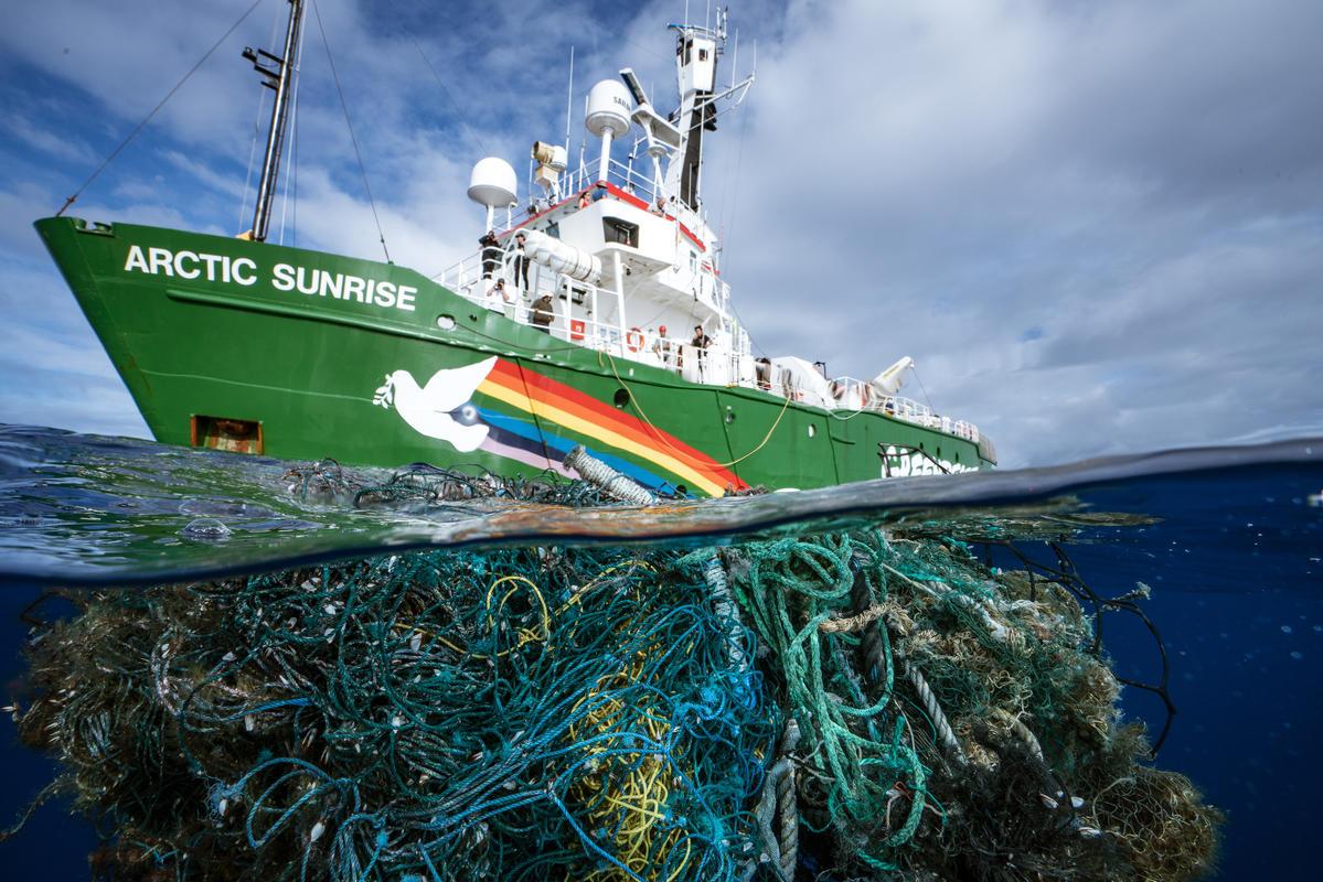 L'Arctic Sunrise dans le greand vortex de déchets océaniques du Pacifique nord. © Rémy Huberdeau / Greenpeace