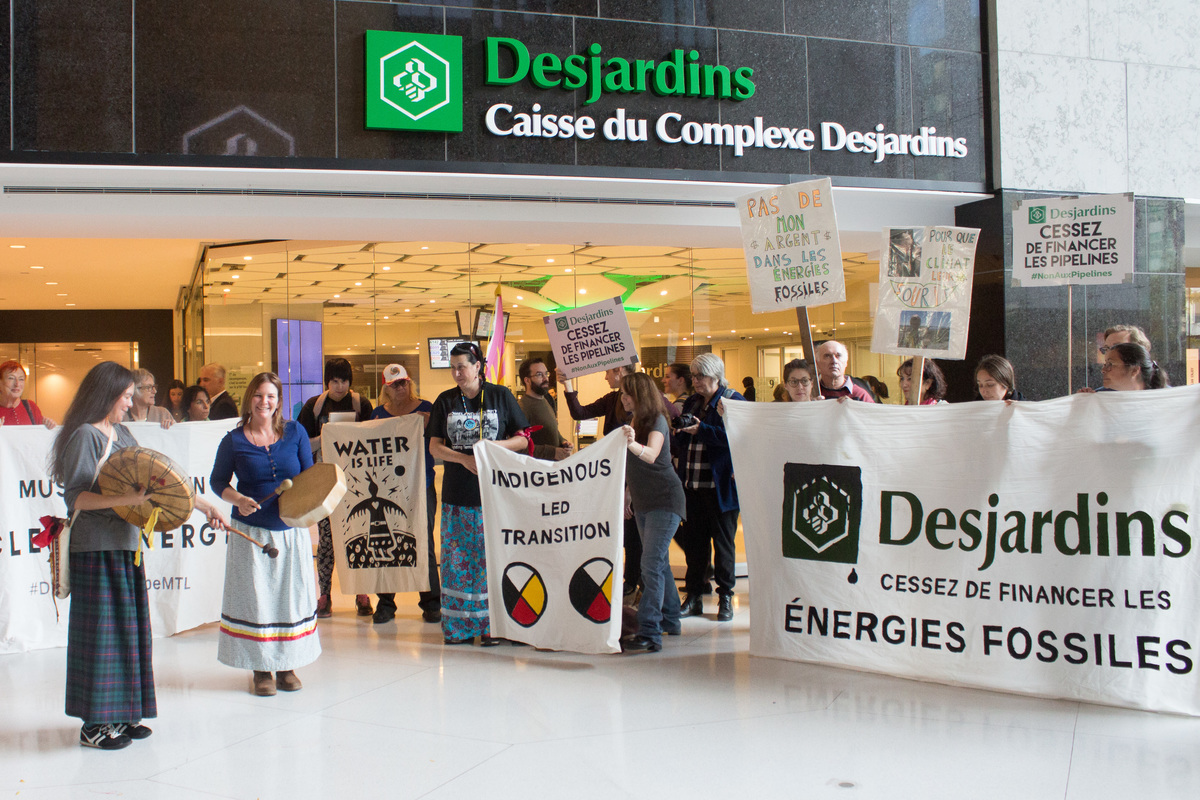 Divest The Globe Protest at Desjardins Bank in Montreal. © Jacques Lebleu / Greenpeace
