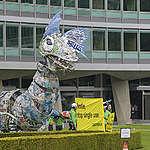 Nestlé reçoit la visite de monstres en plastique livrés par des militant.e.s de Greenpeace