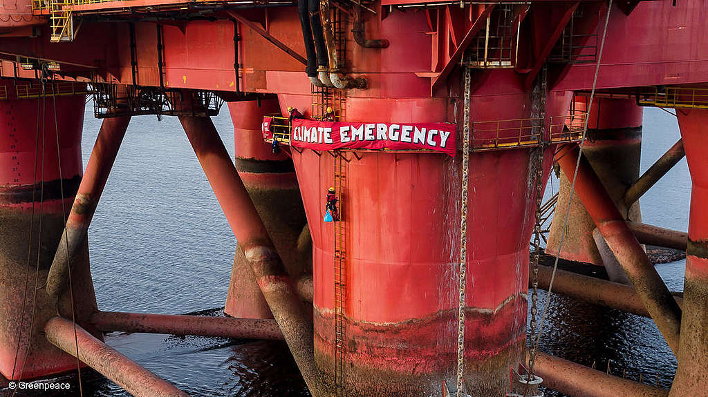 Greenpeace climbers on BP oil rig in Cromarty Firth, Scotland. © Greenpeace