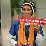 Lone Protester at Shell's Headquarter in Manila. © Geric Cruz / Greenpeace