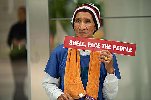 Lone Protester at Shell's Headquarter in Manila. © Geric Cruz / Greenpeace