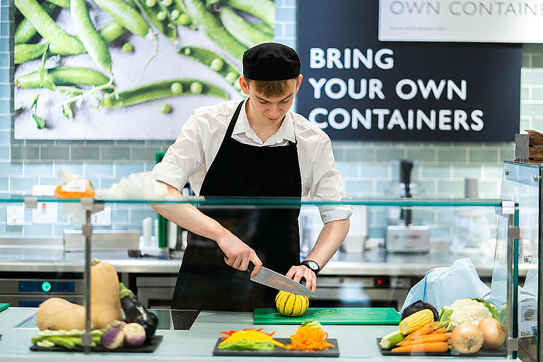 Chopping Vegetables in a Supermarket. © Isabelle Rose Povey / Greenpeace