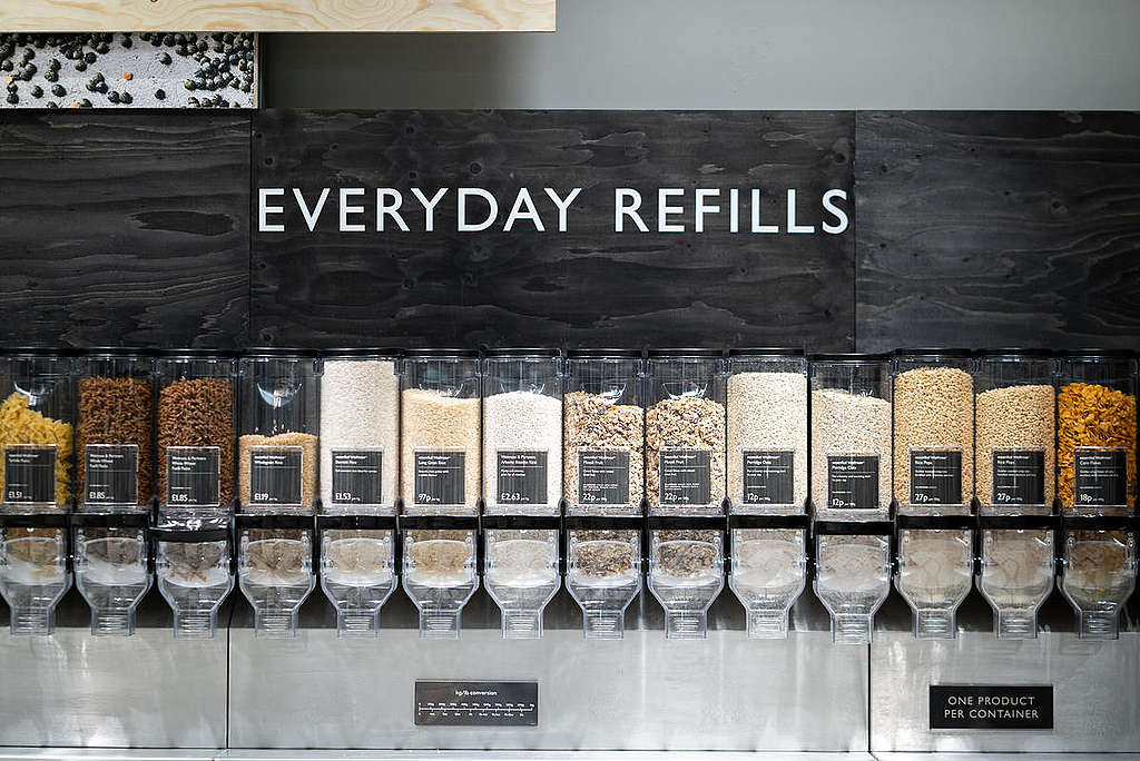 Waitrose Refill Station in Oxford. © Isabelle Rose Povey / Greenpeace