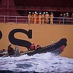 Activistas de Greenpeace detenidos al abordar un buque de carga que transporta aceite de palma