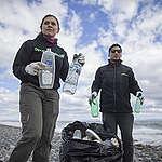 """Greenpeace limpia costas de Porvenir y """"audita"""" plástico encontrado"""