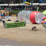 Botellas gigantes aparecen junto al Muelle Vergara