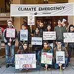 Activistas del clima piden a directores de aseguradoras del mundo desvincularse del carbón