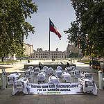 Camillas y enfermos frente a La Moneda alertan sobre consecuencias del carbón en las zonas de sacrificio.