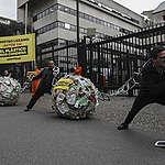 Greenpeace se encadena frente a Ministerio de Ambiente