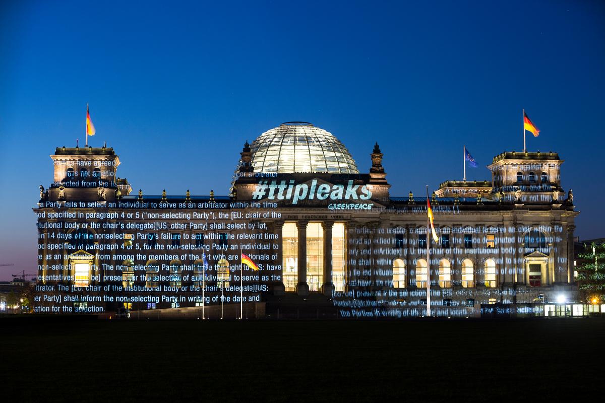 TTIP Projection on Reichstag Building in Berlin. © Daniel Müller / Greenpeace