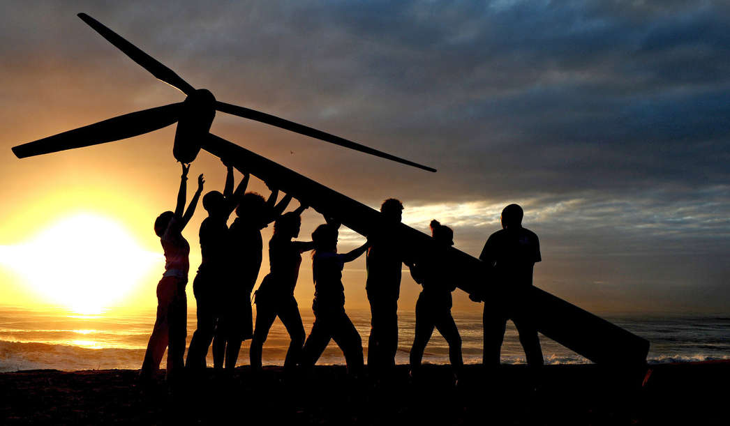 Raising a Wind Turbine in Durban. © Shayne Robinson