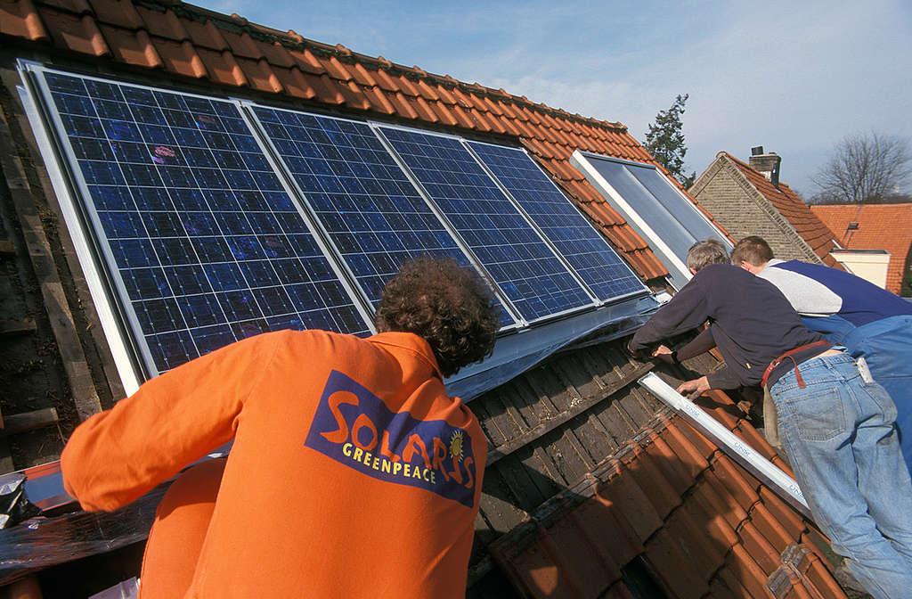 Greenpeace installs Solar Panel. © Ben Deiman