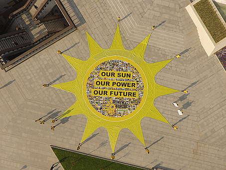 Transparent ve tvaru obřího slunce
