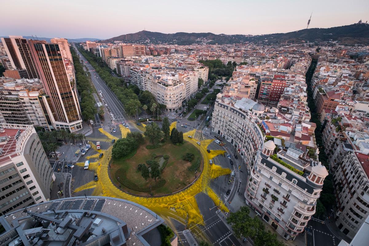 Slunce na kruhovém objezdu v Barceloně.