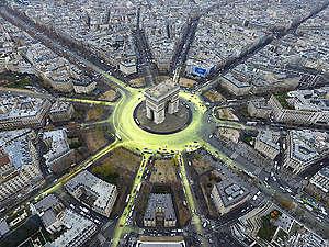 COP21: Arc de Triomphe Sun Action in Paris. © Greenpeace