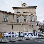 Desítky lidí protestovaly před polskou ambasádou za větší ochranu klimatu